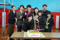 24歳の誕生日を迎えた志尊淳を祝うキャスト陣。