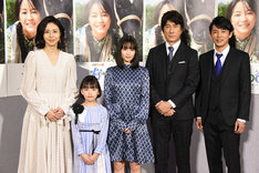 NHK連続テレビ小説「なつぞら」完成試写会の様子。左から松嶋菜々子、粟野咲莉、広瀬すず、草刈正雄、藤木直人。