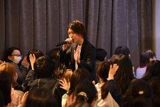「ヒーローは決して泣かない」を歌う横山涼(中央)。