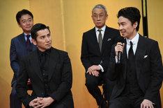 手前左から本木雅弘、長谷川博己。奥左から尾美としのり、西村まさ彦。