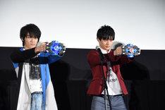 変身を披露する小池亮介(左)と平田雄也(右)。