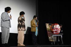 サプライズがあると聞き、斎藤工が「松田聖子さんが出てくるのかな?」と期待していたらだるまが運び込まれた場面。