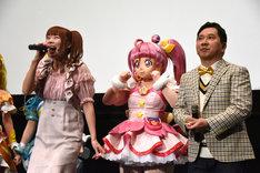 左から成瀬瑛美、キュアスター、田中裕二。