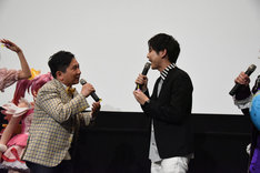 """梶裕貴(右)に、「私も""""小さいお友達""""に入っていますか?」と尋ねる田中裕二(左)。"""