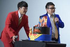 ケーキを持って登壇したミキの亜生(左)と昴生(右)。