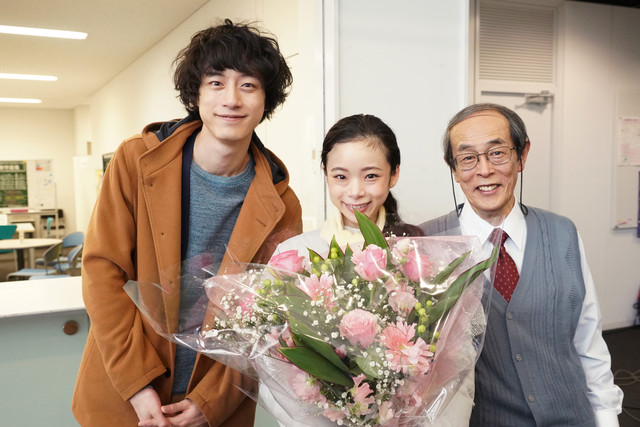 左から坂口健太郎、趣里、志賀廣太郎。