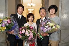 左から草刈正雄、榊原郁恵、小市慢太郎、坂口健太郎。