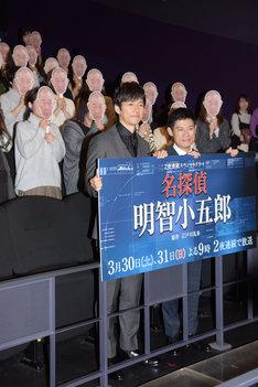 左から西島秀俊、伊藤淳史。