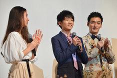 山崎光(中央)の中学卒業を祝福する新音(左)、草なぎ剛(左)。