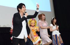 ミラクルライトを客席の子供に向けて振る梶裕貴(左)。