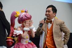 指の間から田中裕二(右)の宝毛が生えているあたりを凝視するキュアスター。