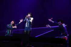 「じゃがとんのうた」を歌唱する奥山かずさ(中央)と、応援する横山涼(左)、結木滉星(右)。