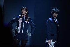 アクションショーにて、奥山かずさ演じる明神つかさ(左)と濱正悟演じる宵町透真(右)。