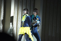 アクションショーにて、工藤遥演じる早見初美花(左)と横山涼演じる陽川咲也(右)。