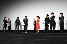 小林豊の誕生日を祝うキャストたち。