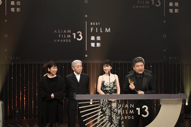 第13回アジア・フィルム・左から三ツ松けいこ、細野晴臣、安藤サクラ、是枝裕和。