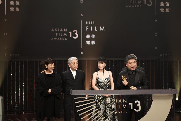 第13回アジア・フィルム・アワード授賞式にて、左から三ツ松けいこ、細野晴臣、安藤サクラ、是枝裕和。