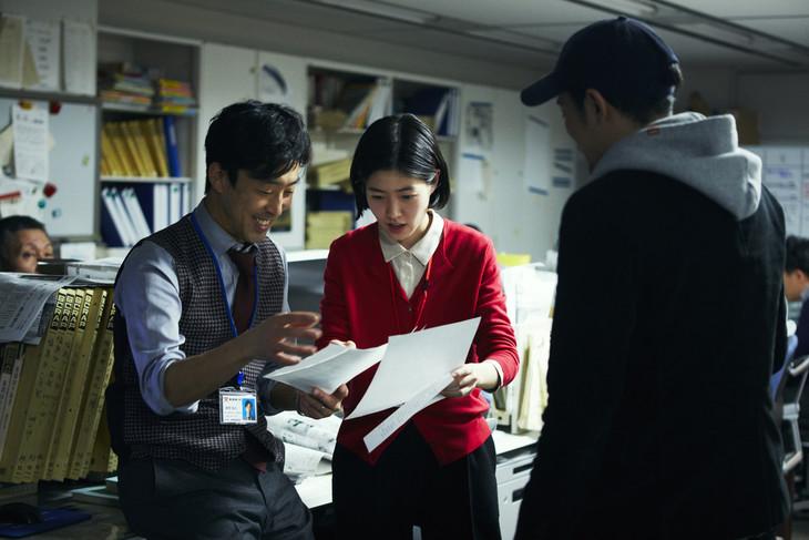 「新聞記者」メイキング写真。左から北村有起哉演じる社会部デスクの陣野和正、シム・ウンギョン演じる吉岡エリカ、監督の藤井道人。