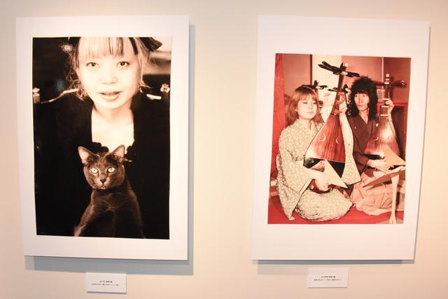 向田邦子から譲られた猫と樹木希林(左)と、琵琶を弾く内田裕也と樹木希林(右)。