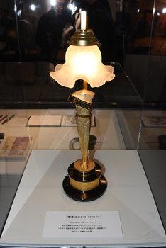 トロフィーをリメイクしたランプ。