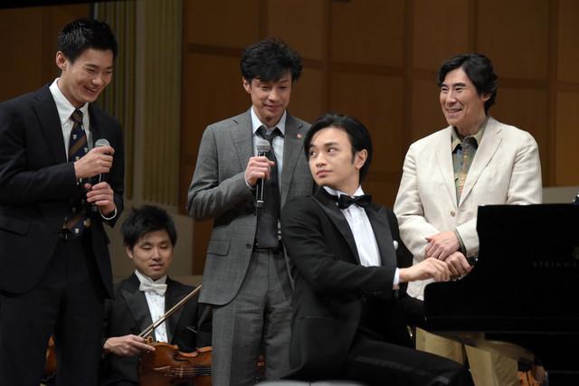 中島健人の演奏を見守るキャストたち。