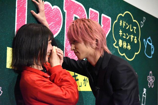 ファンに壁ドン体験をプレゼントする横浜流星(右)。