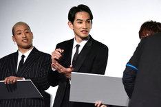 1人だけ似顔絵用のフリップをもらえず、「手に描けばいいですか!?」とスタッフに問う町田啓太。