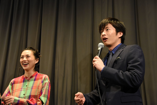上映後の舞台挨拶だと気付いて驚く田中圭(右)。