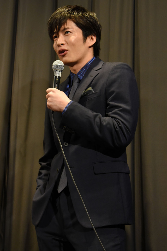 カッコつけた様子で「執筆活動を始めたい」と話す田中圭。