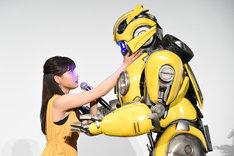 劇中のワンシーンを再現する土屋太鳳(左)とバンブルビー。