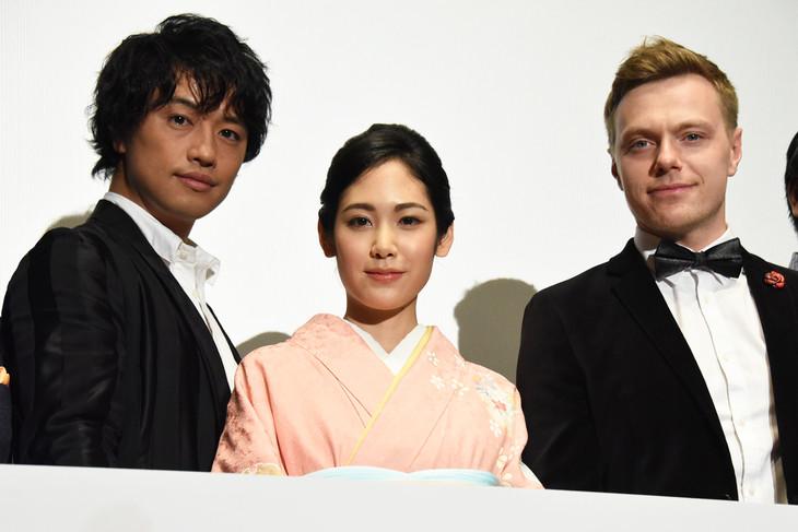 「ソローキンの見た桜」公開記念舞台挨拶の様子。左から斎藤工、阿部純子、ロデオン・ガリュチェンコ。