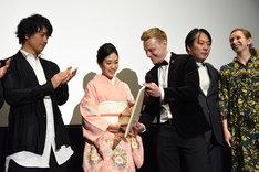 サプライズプレゼントに驚く阿部純子(中央左)。