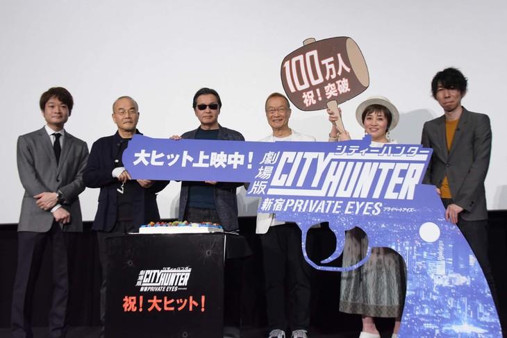 左からアニプレックス制作プロデューサーの若林豪、こだま兼嗣総監督、北条司、神谷明、伊倉一恵、小形尚弘。