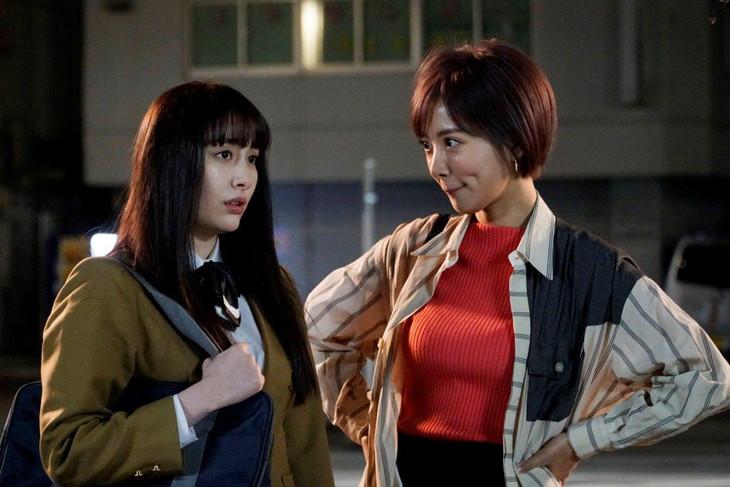 「ラーメン大好き小泉さん2019春SP」より、早見あかり演じる小泉さん(左)、夏菜演じる大澤絢音(右)。