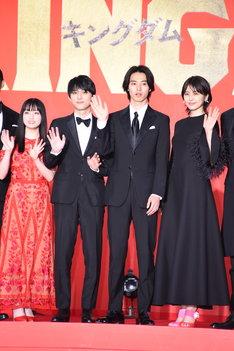 左から橋本環奈、吉沢亮、山崎賢人、長澤まさみ。