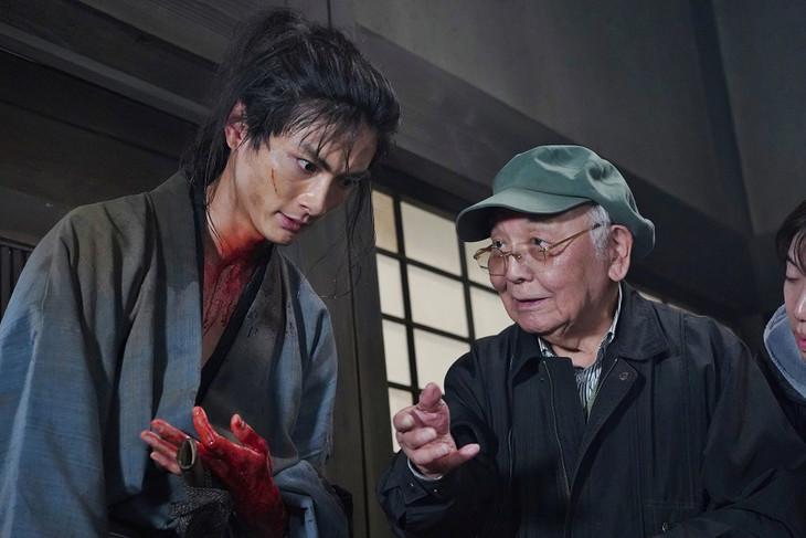 「多十郎殉愛記」撮影現場にて、高良健吾(左)と中島貞夫(右)。