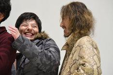 写真撮影の際、「ガードベント」と言って萩野崇(右)を隠した一條俊(左)。