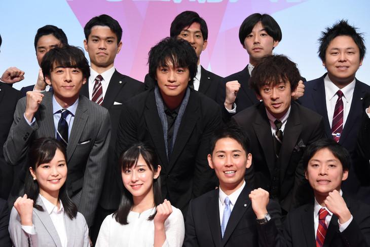 テレビ朝日第62期入社式の様子。中段左から高橋一生、斎藤工、滝藤賢一