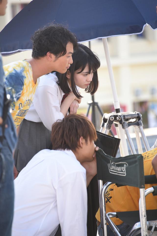 モニターをチェックする(手前から)佐野勇斗、森永悠希、山田杏奈。