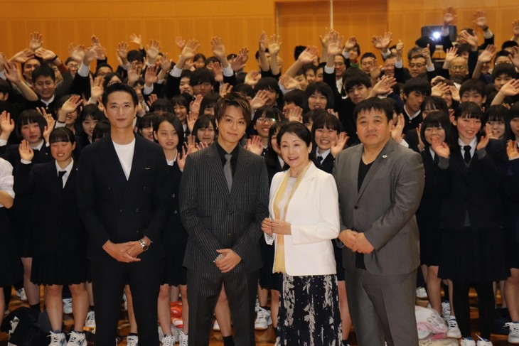 「僕に、会いたかった」イベントの様子。前列左から秋山真太郎、TAKAHIRO、松坂慶子、錦織良成。