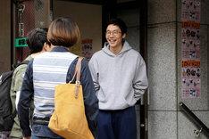 「劇場版 ファイナルファンタジーXIV 光のお父さん」より、前原滉演じる賢介(中央)。