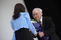 多部未華子(左)から花束を受け取る中島貞夫(右)。