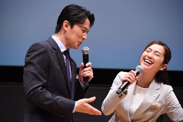 中村アン(右)に、「(セクシーだと)言わないってことは、もっといやらしいことを考えてるってことだよ!」と言う福山雅治(左)。
