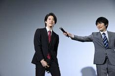 前張りの付け方を説明する石田隼(左)。