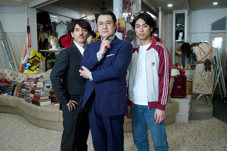 「コンフィデンスマンIG」より、左から瀧川英次演じるちょび髭、小手伸也演じる五十嵐、小野塚勇人演じる五十嵐の舎弟。