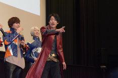 「カメラを止めろ!」とマスコミ陣に向かって叫ぶ南圭介(手前)。