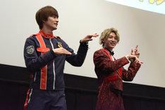 「キュータマダンシング!」を踊る結木滉星(左)と伊藤あさひ(右)。
