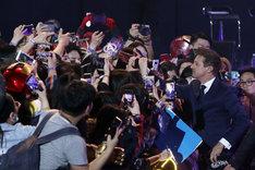 韓国のファンと交流するジェレミー・レナー(右)。