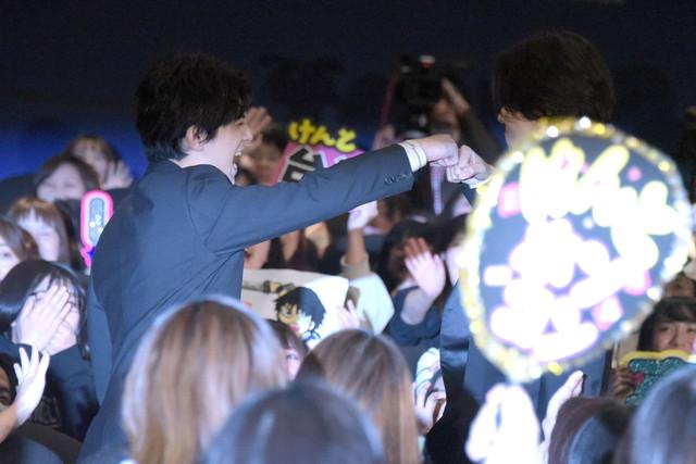 グータッチする吉沢亮(左)と山崎賢人(右)。