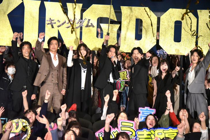 「キングダム」初日舞台挨拶の様子。左から佐藤信介監督、大沢たかお、長澤まさみ、山崎賢人、吉沢亮、橋本環奈、本郷奏多。
